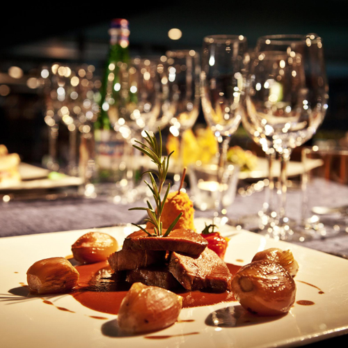 <span>Riteniamo che un buon bicchiere di vino sia fondamentale per valorizzare al meglio i momenti di convivialità che si trascorrono a tavola. Partendo da questa idea, quindi, selezioniamo ogni anno quali etichette proporre per soddisfare i nostri clienti.</span>